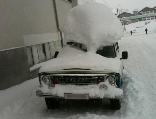 Gefahr von Schneelast auf Dächern
