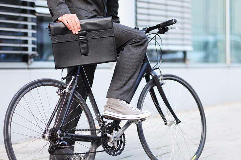 Bewegung tut gut - Fahrrad und Aktentasche